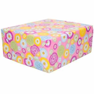1x inpakpapier/cadeaupapier roze met gekleurde bloemetjes 200 x 70 cm