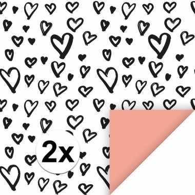 2x inpakpapier/cadeaupapier hartjes 200 x 70 cm wit/zwart/roze