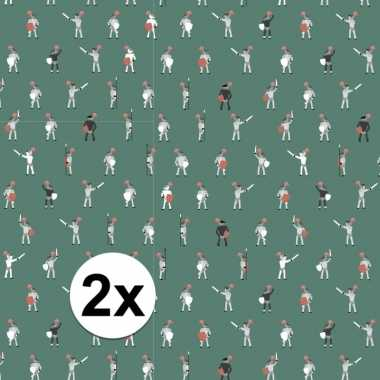 2x inpakpapier/cadeaupapier ridder 200 x 70 cm groen/wit