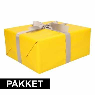 Geel inpakpapier pakket met zilver lint en plakband