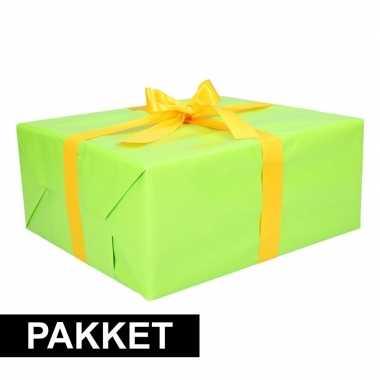 Groen inpakpapier pakket met geel lint en plakband
