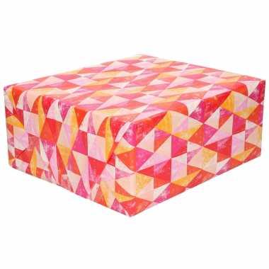 Inpakpapier/cadeaupapier driehoekjes rood/roze 200 x 70 cm