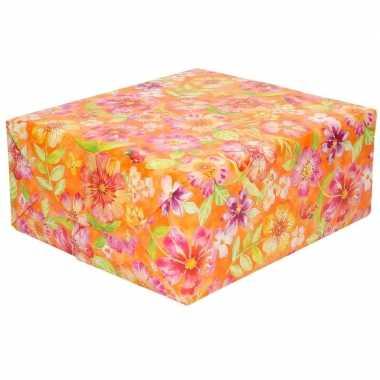 Inpakpapier/cadeaupapier oranje met roze bloemen 200 x 70 cm rol