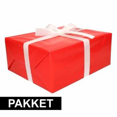 Rood inpakpapier pakket met wit lint en plakband