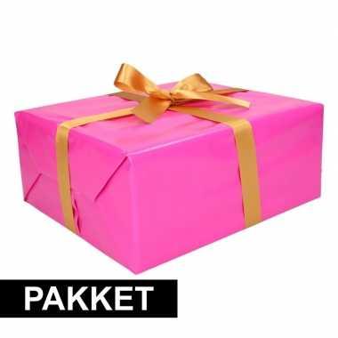 Roze inpakpapier pakket met goud lint en plakband