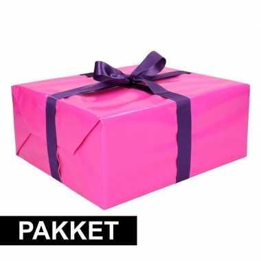Roze inpakpapier pakket met paars lint en plakband