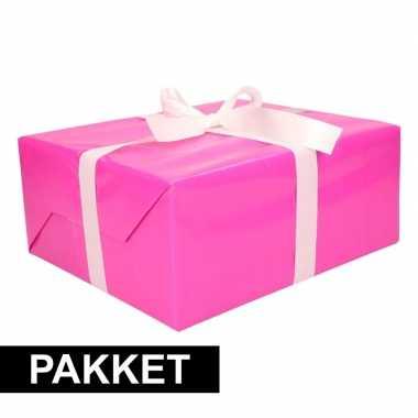 Roze inpakpapier pakket met wit lint en plakband