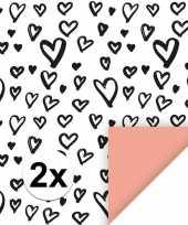 2x inpakpapier cadeaupapier hartjes 200 x 70 cm wit zwart roze