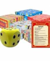 Sinterklaasspel met gele dobbelsteen en 12x inpakpapier rollen